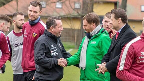 Ministerpräsident Sachsens Michael Kretschmer und Cheftrainer Markus Kauczinksi.