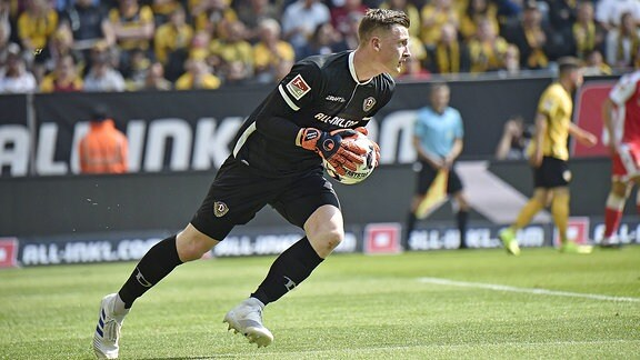 Dynamos Torwart Markus Schubert am Ball.