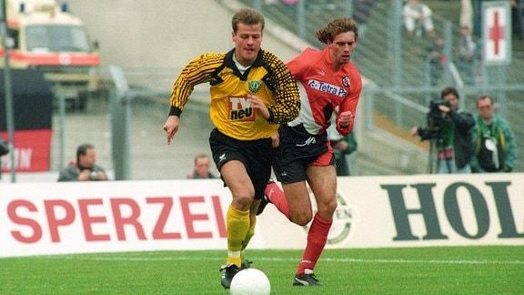 Matthias Maucksch (1. FC Dynamo Dresden, li.) gegen Ralf Weber (Eintracht Frankfurt)