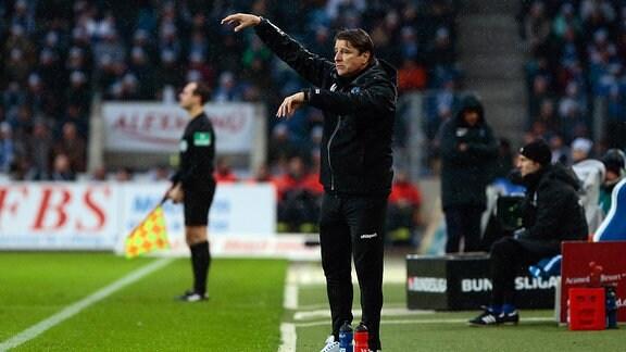 Michael Oenning (Magdeburg, Trainer) gibt Anweisungen