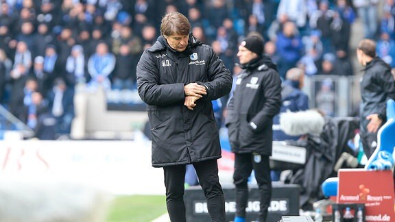 Michael Oenning (Magdeburg, Trainer) schaut auf die Uhr