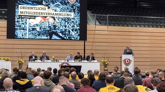 Mitgliederversammlung von Dynamo Dresden - im Bild (v.l.): Robert Pesch (Jugendratsvorsitzender), Dr. Klemens Rasel (Ehrenratsvorsitzender), Jens Heinig (Aufsichtsratsvorsitzender), Michael Born (Kaufmännischer Geschäftsführer), Ralf Minge (Sportgeschäftsführer) und Andreas Ritter (Präsident)