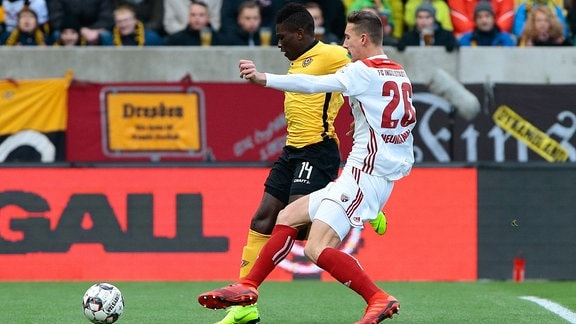 v.l. Moussa Kone (Dynamo Dresden, 14) wird von Phil Neumann (Ingolstadt, 26) gefoult