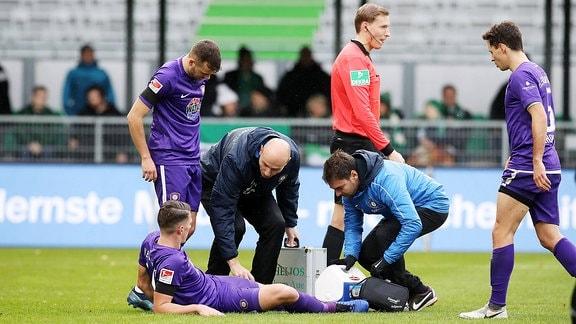 Nicolai Rapp wird auf dem Spielfeld behandelt
