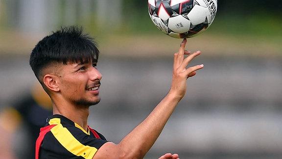 Osman Atilgan, einen Ball aif dem Finger jonglierend