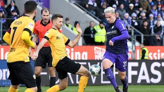 Die Spieler Florian Ballas SG Dynamo Dresden und Niklas Schmidt VfL Osnabrück im Zweikampf.