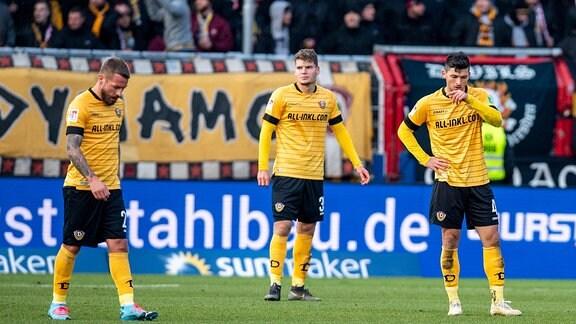 Dresdens Patrick Ebert, Kevin Ehlers und Jannis Nikolaou sind enttäuscht nach dem Tor zum 2:0.