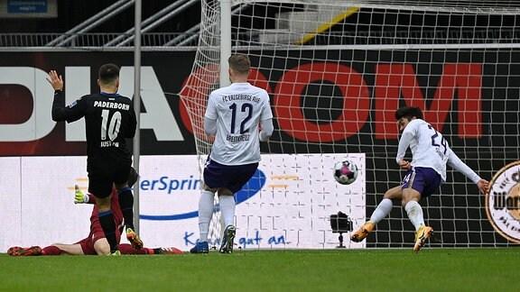 SC Paderborn 07 - FC Erzgebirge Aue Bild: Julian Justvan Paderborn macht das Tor zum 2:1