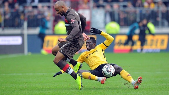 Christopher Avevor (Nr. 6, FC St. Pauli) gegen Moussa Konä (Nr. 14, SG Dynamo Dresden