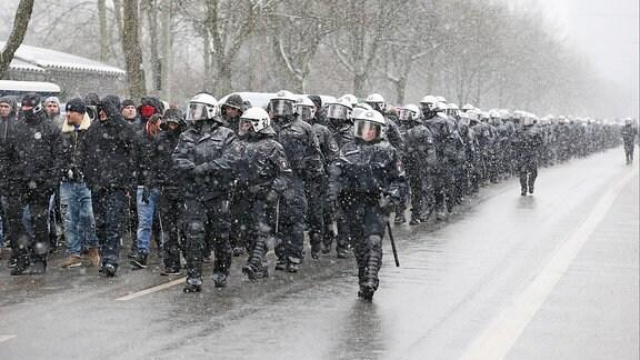 Polizisten begleiten einen Fanmarsch