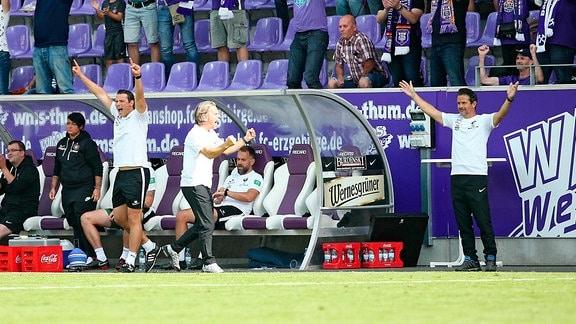Aue jubelt nach dem Spiel. Co Trainer Marc Hensel (Aue), Co Trainer Sascha Franz (Aue) und Trainer Dirk Schuster