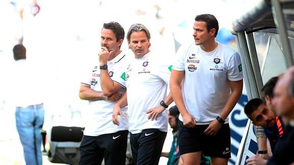 Hamburger SV vs. FC Erzgebirge Aue - Trainer Dirk Schuster, Erzgebirge Aue, Co Trainer Sascha Franz (Aue) und Co Trainer Marc Hensel (Aue).
