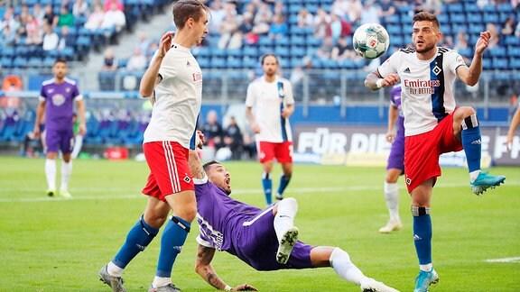 Hamburger SV vs. FC Erzgebirge Aue - Adrian Fein (29, Hamburg), Pascal Testroet (37, Aue) und JTim Leibold (21, Hamburg)