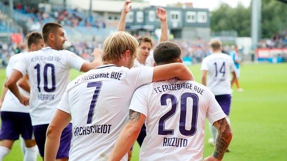 Kieler SV Holstein vs. FC Erzgebirge Aue - Tor für Erzgebirge Aue. Jan Hochscheidt (7, Aue) trifft zum 0:1 und jubelt mit den Teamkollegen.