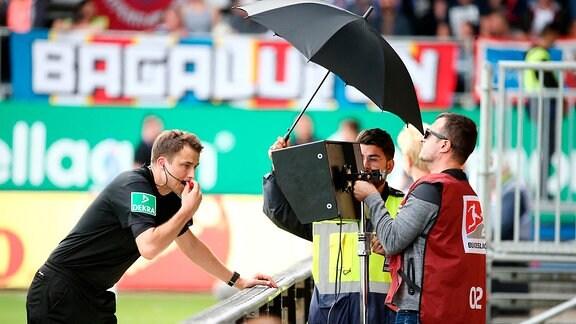 Kieler SV Holstein vs. FC Erzgebirge Aue - chiedsrichter Lasse Koslowski beim VAR Videoassistent.