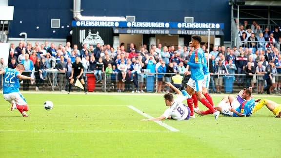 Kieler SV Holstein vs. FC Erzgebirge Aue - Aleksandar Ignjovski (22, Kiel) rettet auf der Linie gegen Tom Baumgart (8, Aue).