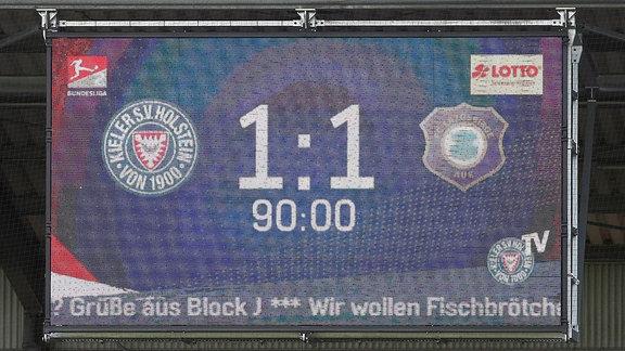Kieler SV Holstein vs. FC Erzgebirge Aue - Der Endstand des Spieles an der Anzeigetafel.