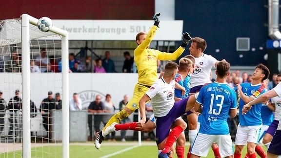 Kieler SV Holstein vs. FC Erzgebirge Aue - Sören Gonther (26, Aue) trifft das Kieler Tor nicht
