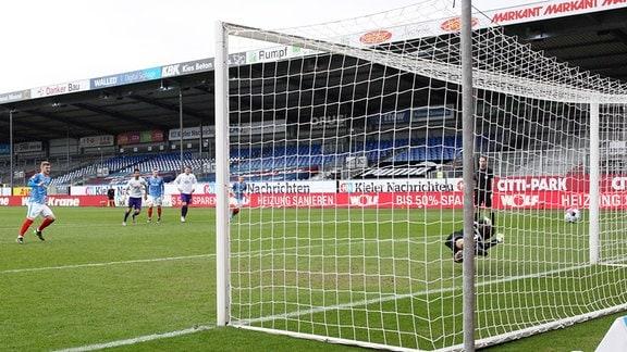 Tor für Holstein Kiel.  Alexander Mühling / Muehling (8, Kiel) erzielt den Treffer zum 1:0 per Foulelfmeter.