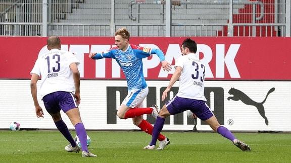 Ognjen Gnjatic (33, Aue) foult Finn Porath (27, Kiel) im Strafraum. Elfmeter mit dem anschliessenden Treffer zum 1:0