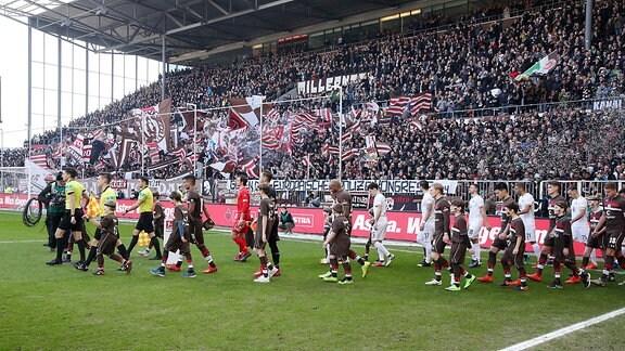 FC St.Pauli Hamburg vs. FC Erzgebirge Aue - Einlauf der Mannschaften