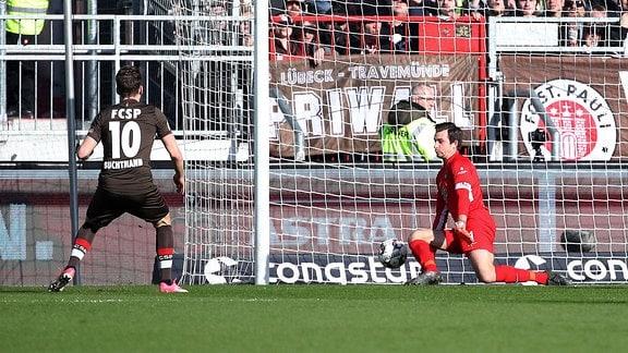 FC St.Pauli Hamburg vs. FC Erzgebirge Aue - Tor für St.Pauli Hamburg. Christopher Buchtmann (10, Pauli) erzielt den Treffer zum 1:0 gegen Torhüter Martin Männel.
