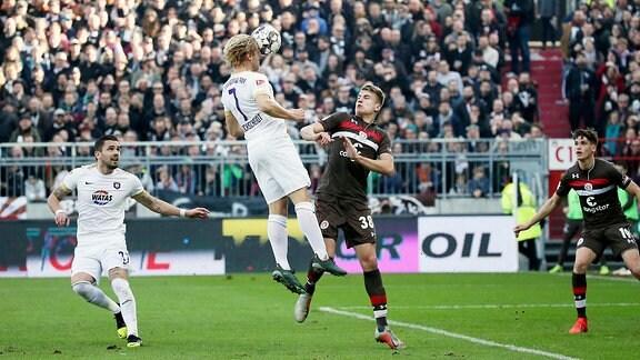St.Pauli Hamburg vs. FC Erzgebirge Aue - Tor für Aue.  Jan Hochscheidt (7, Aue) erzielt den Treffer zum 1:1. Rechts; Florian Carstens (38, Pauli).