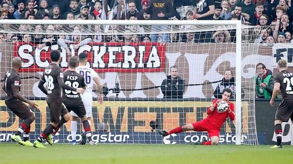 FC St.Pauli Hamburg vs. FC Erzgebirge Aue - Torhüter Martin Männel / Maennel (1, Aue) hält den Auswärtssieg in den letzten Sekunden des Spieles fest.