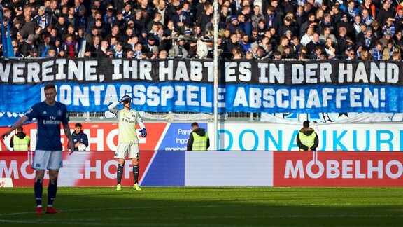 Fans protestieren gegen Montagsspiele.