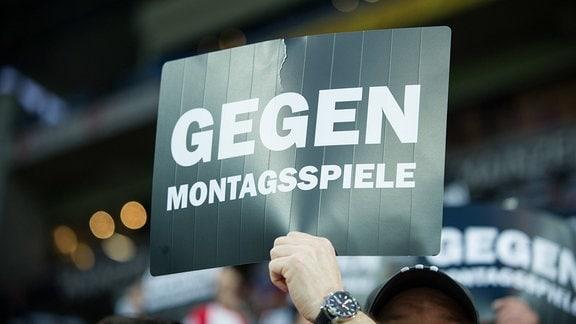 Fans halten Pappschilder mit der Aufschrift 'Gegen Montagsspiele'