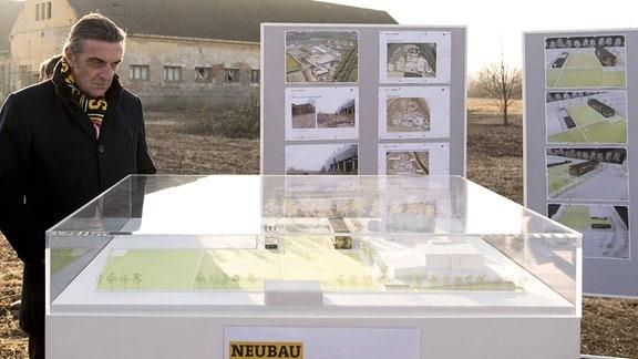 Ralf Minge am Modell des zukönftigen Sportzentrums