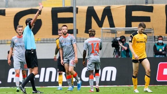 Schiedsrichter Deniz Aytekin zeigt Robin Tim Becker 16, Dresden, rechts die Rote Karte