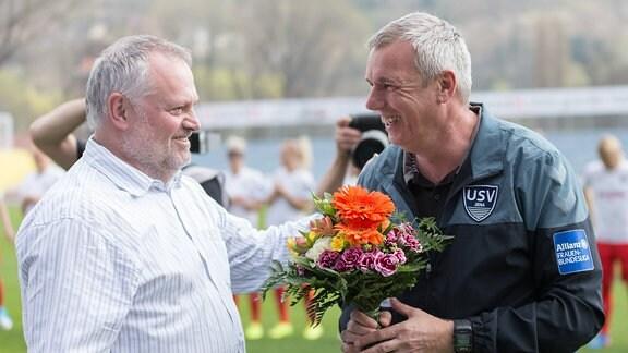 Vorstandsmitglied Torsten Rödiger gratuliert Steffen Beck (FF USV Jena, Co-Trainer) zur bestandenen A-Lizenz