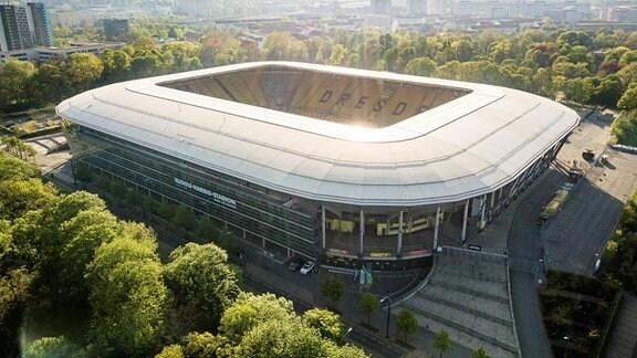 Luftbildaufnahme vom Rudolf-Harbig-Stadion am späten Nachmittag