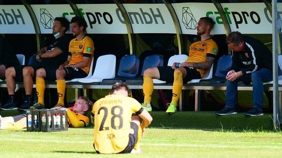 Dresdens Spieler nach dem Abbpfif beim Spiel SV Sandhausen - Dynamo Dresden