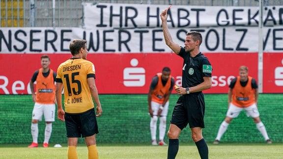 v.li.: Chris Löwe SGD, 15 sieht von Robert Kempter, Schiedsrichter, die Rote Karte