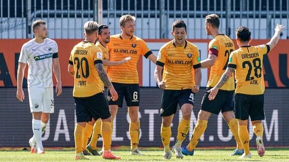 Spieler der SG Dynamo Dresden jubeln mit Torschütze Marco Hartmann