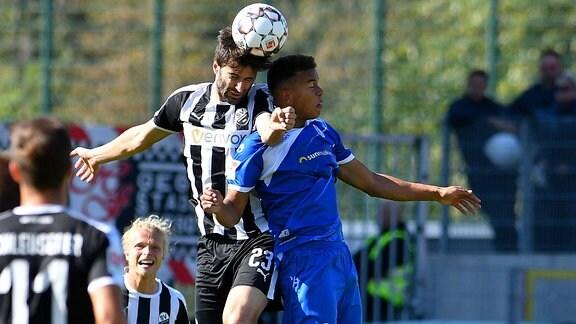 Spielszene aus dem Spiel Sandhausen - Magdeburg. Markus Karl ( 23, SV Sandhausen) gegen Marcel Costly (1. FC Magdeburg 9).