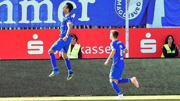 Spielszene aus dem Spiel Sandhausen - Magdeburg. Christian Beck (1. FC Magdeburg 11) jubelt mit Bjoern Rother (1. FC Magdeburg 6) ueber sein Tor zum 1:0.
