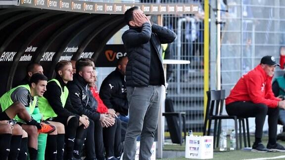 Spielszene aus dem Spiel Sandhausen - Magdeburg.  Kenan Kocak (Trainer, Cheftrainer, SVS), enttäuscht schauend.