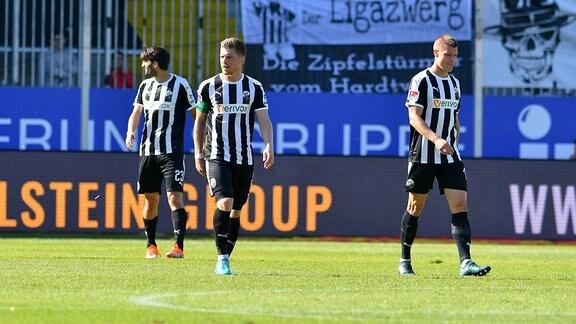 Spielszene aus dem Spiel Sandhausen - Magdeburg. Frust bei Markus Karl ( 23, SV Sandhausen), Denis Linsmayer ( 6, SV Sandhausen), Kevin Behrens (SV Sandhausen 16).