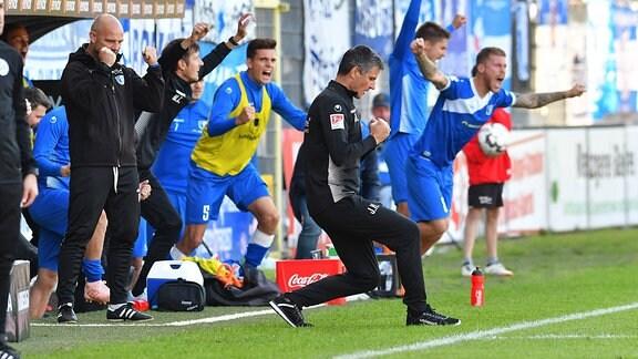 Freude bei Jens Haertel (1. FC Magdeburg Trainer) ueber den Sieg