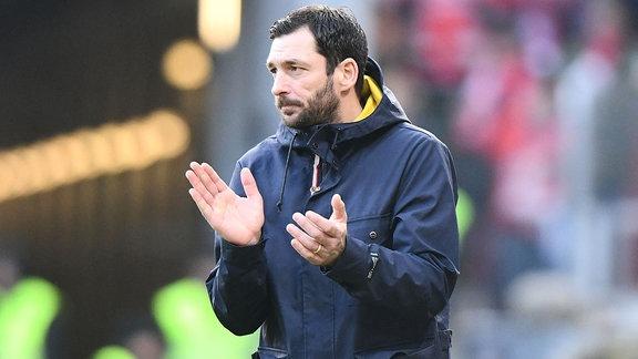 Trainer Sandro Schwarz gibt Anweisungen.