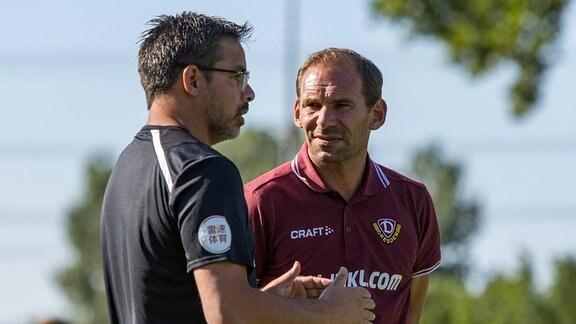 Huddersfield Town Cheftrainer David Wagner (links) im Gespräch mit Dresdens Sportpsychologe Sascha Lense