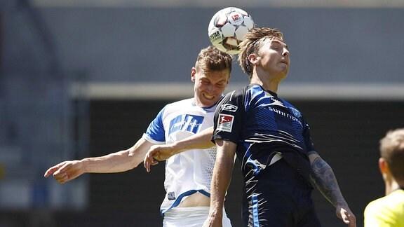 Steffen Schäfer (14, Magdeburg) im Kopfballduell mit Phillip Tietz (15, Paderborn).