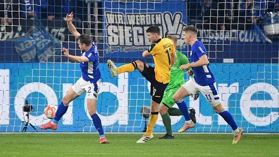 Robin Becker schiesst Schalkes Thomas Ouwejan an