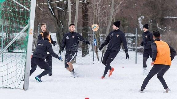 Trainingseinheit im Schnee. Im Bild (v.l.): Torwart Patrick Wiegers, Linus Wahlqvist, Dario Dumic, Florian Ballas und Jannis Nikoloau.