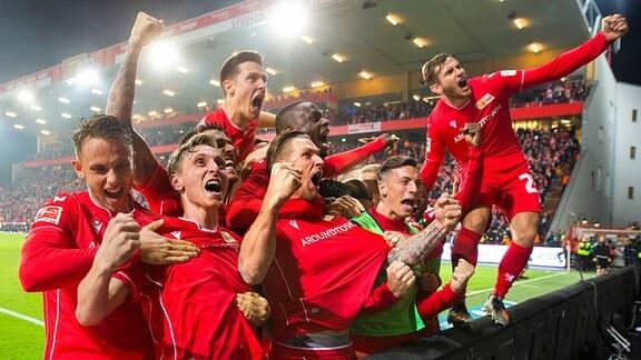 Freude pur bei den Unionern, Sebastian Polter hat gerade den Foulstrafstoߟ zum 1:0 für seine Mannschaft erzielt.