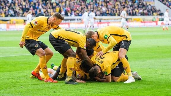 Dynamo-Jubel nach dem 1:0 durch Patrick Ebert