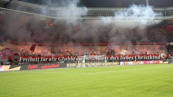 Fanblock des 1. FB Nürnberg mit Pyrotechnik.